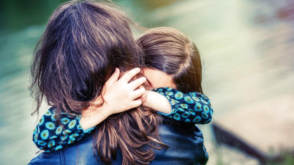 En yngre som är lätt att umgås med och en äldre som bara är sur. Hur gör man som mamma när man tycker mer om det ena barnet?