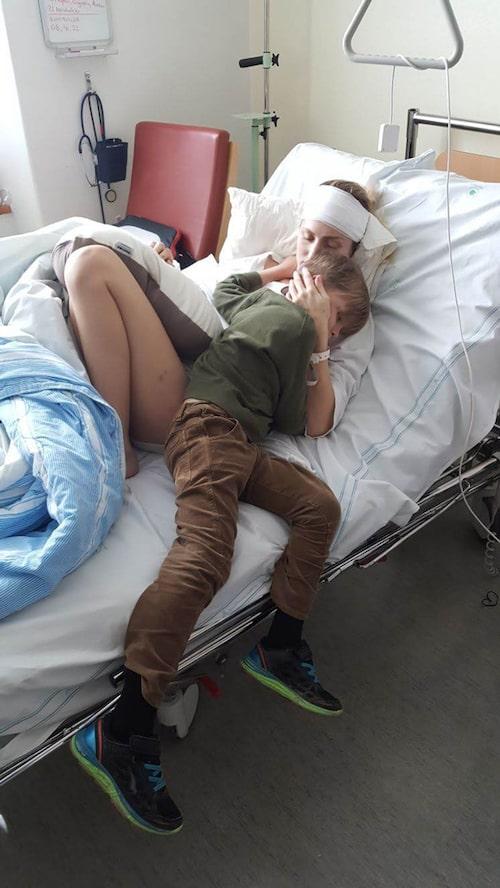 Sonen Leonel hälsade på Saga på sjukhuset sex dagar efter terrorattacken.