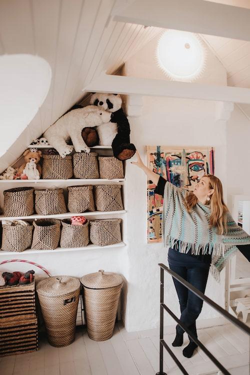 I taket i Ebbas rum sitter en fläkt som lever sitt eget liv. Ofta snurrar den utan att Jeanette har satt igång den. Förmodligen är det ett elfel, men det kan vara skönt att tänka att det är Ebba.