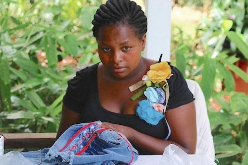 Kursdeltagaren Salome lär sig omdesigna kläder från en lokal marknad.