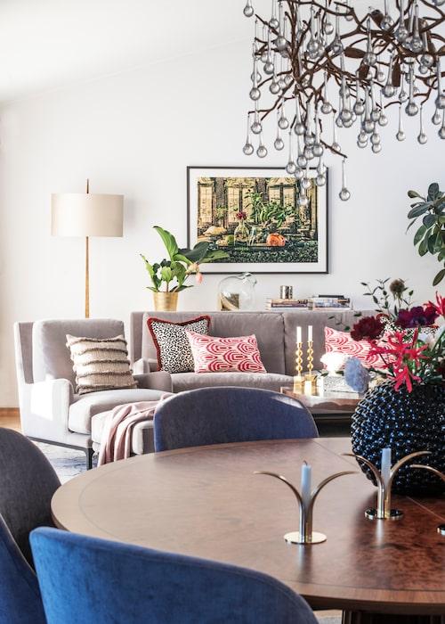 Ombonat elegant och harmoniskt i vardagsrummet. Matbord från Attila Suta, stolar, golvlampa, soffa, fåtölj, ljuskrona, allt från Vacker vardag. På matbordet ljusstakar Liljan från Skultuna, kuddar i soffan från Bohem. Tavla, Familjen Fogelmark.