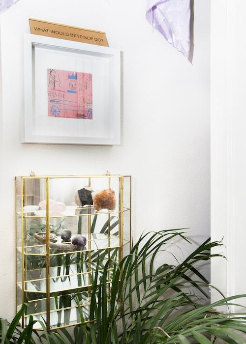 Över spegeltitt-skåpet med kristaller sitter ett inramat Basquiat-print och på den en Beyoncé-skylt som  einabo fått i inflyttningspresent av grannarna Efva Attling och Eva Dahlgren.