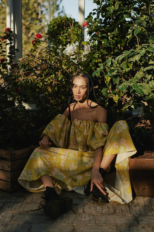Mönstrad off-shoulder klänning av återvunnen polyester, 1 999 kr, H&M. Kängor av skinn, 2 000 kr, Dr. Martens.