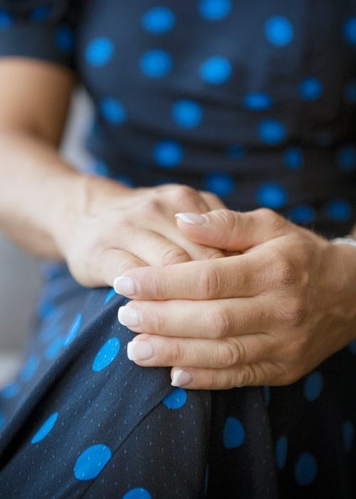 Manikyren kan vara fransk eller färgglad, som nyligen: tre färger på olika naglar. Två i beige, två i rosa och en i rött.