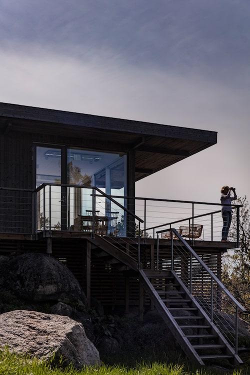 Utsikten är svindlande från det nybyggda husets terrass. Fasaden är behandlad med järnvitriol för att smälta in i den omgivande naturen och blir bara snyggare med tiden.