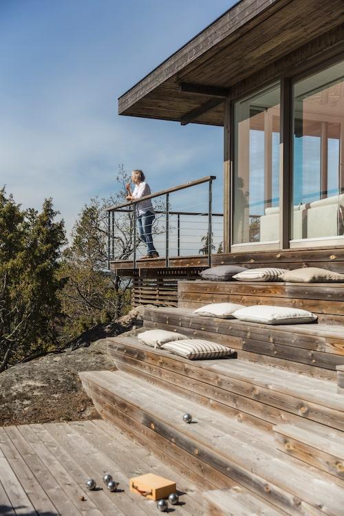 Första parkett! Trappan binder samman de övre och undre terrasserna. Trappstegen har gjorts lite högre för att skapa många sittplatser. Linnekuddar från Granit.