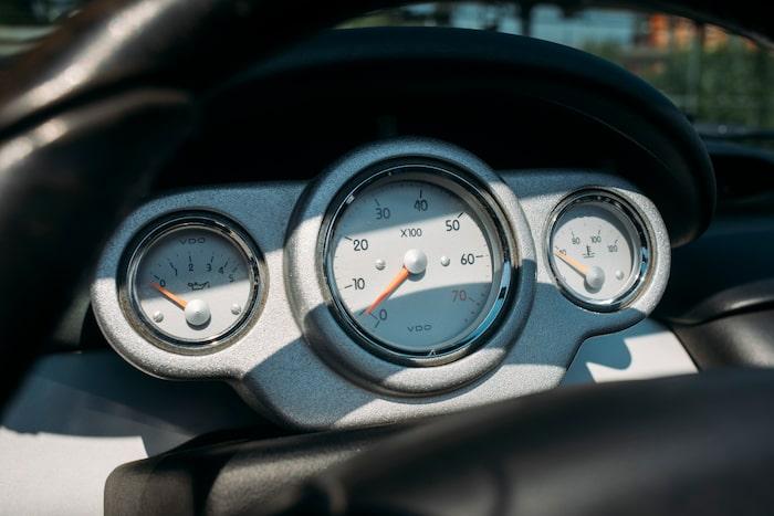 Instrumenteringen är spartansk med varvräknaren i fokus. Hastigheten då? Den visas digitalt mitt på instrumentpanelen.