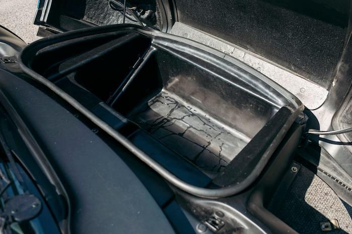 Baljan till bagage lyfts enkelt ur för att komma åt batteri och några vätskebehållare.