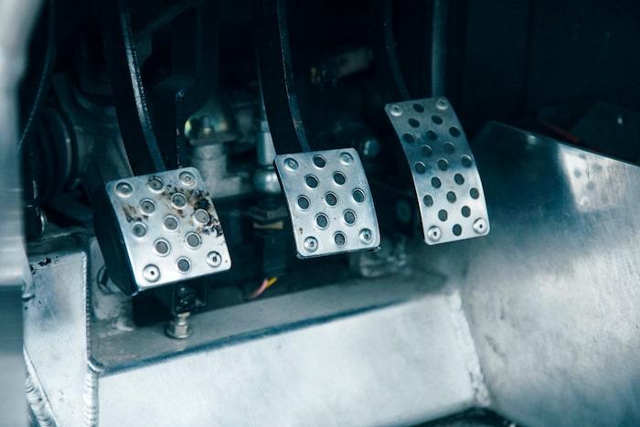 Pedalstället är justerbart i längdled via ett vred under ratten.