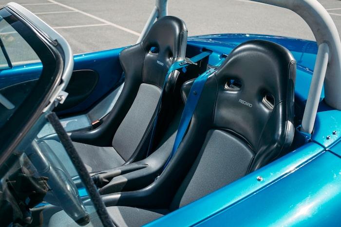 Säkerhetsbälten med fäste i mitten av bilen gör att man ofta vänder sig åt fel håll för att leta efter det.
