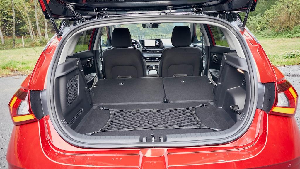 Hyundai i20 är ingen packåsna och 48V-modellerna har reservhjulsbaljan full av stödbatteri. Bagageutrymmet sväljer 352 liter.