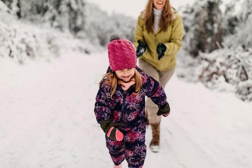 Barn bryr sig sällan om det är kallt – att leka i snön är bland det bästa som finns.