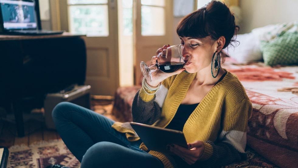 Sara är orolig för sin styvsyster som dricker något varje dag.