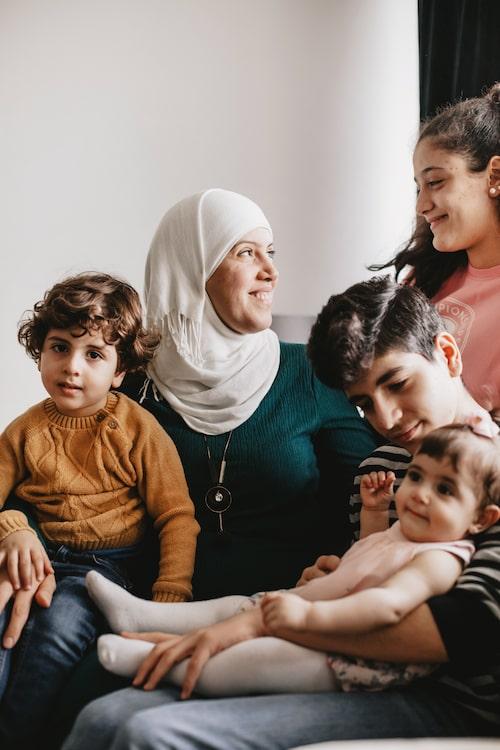 Det tog många år att fly till Sverige. Under flykten föddes näst yngsta barnet Karam, t v.