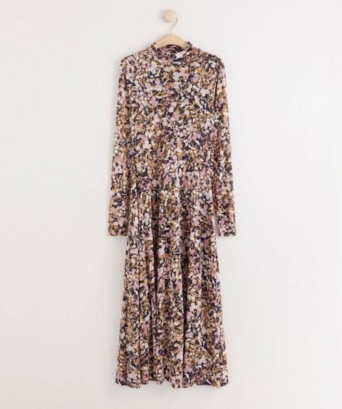 Blommig klänning med polokrage från Lindex.