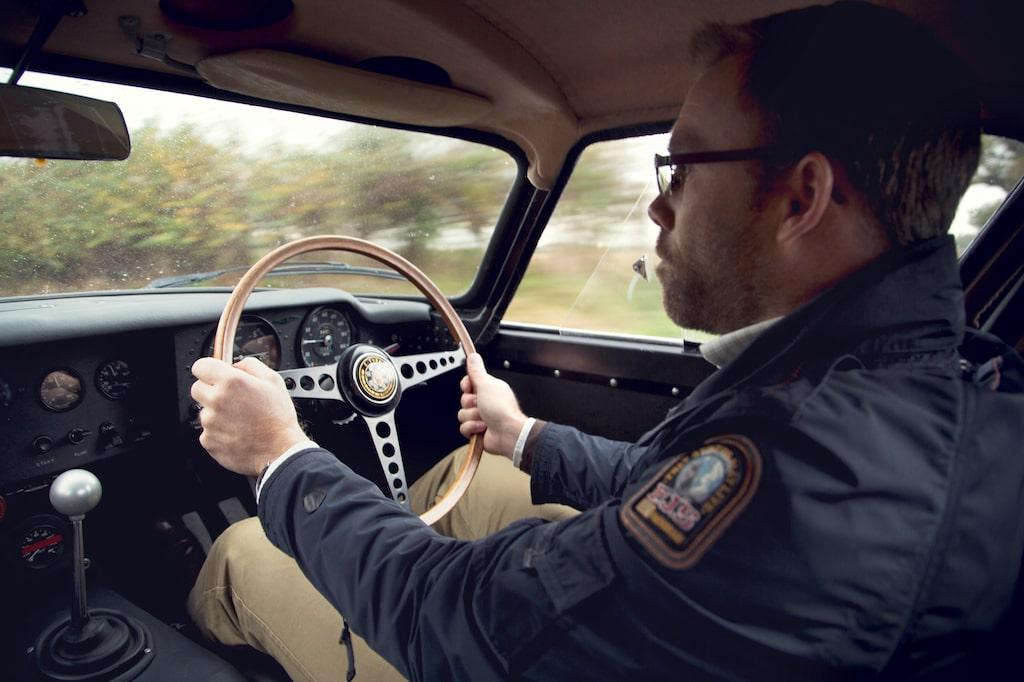 Ha nu tungan mitt i mun, grabben! En regnig höstdag med raka rör och tydliga direktiv om att inte köra för sakta på landsvägarna, en bra dag på jobbet.