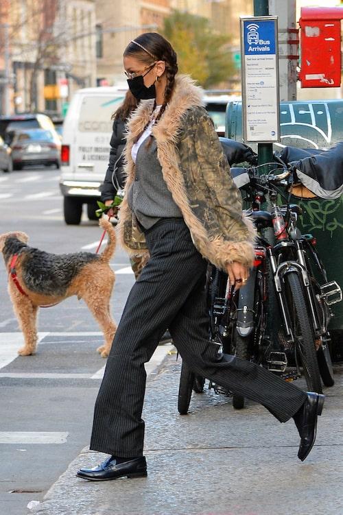Bella Hadid matchar sina loafers med vårens hetaste byxa - den höga kostymbyxan.