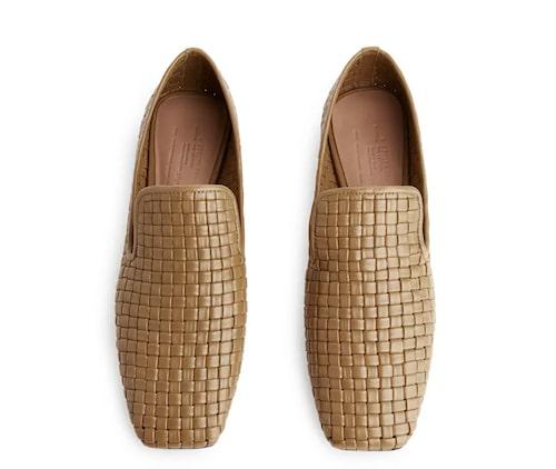 Bruna loafers i flätat skinn från Arket.