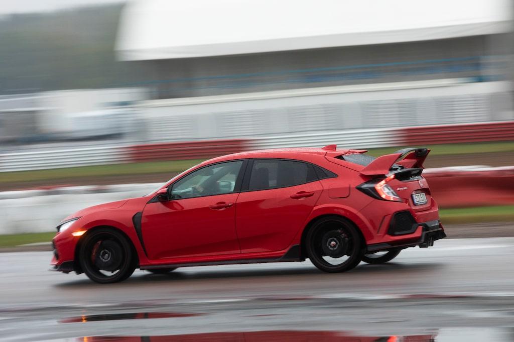 """Honda Civic Type R är ovanligt snabb och effektiv för att vara en framhjulsdriven """"hot hatch""""."""