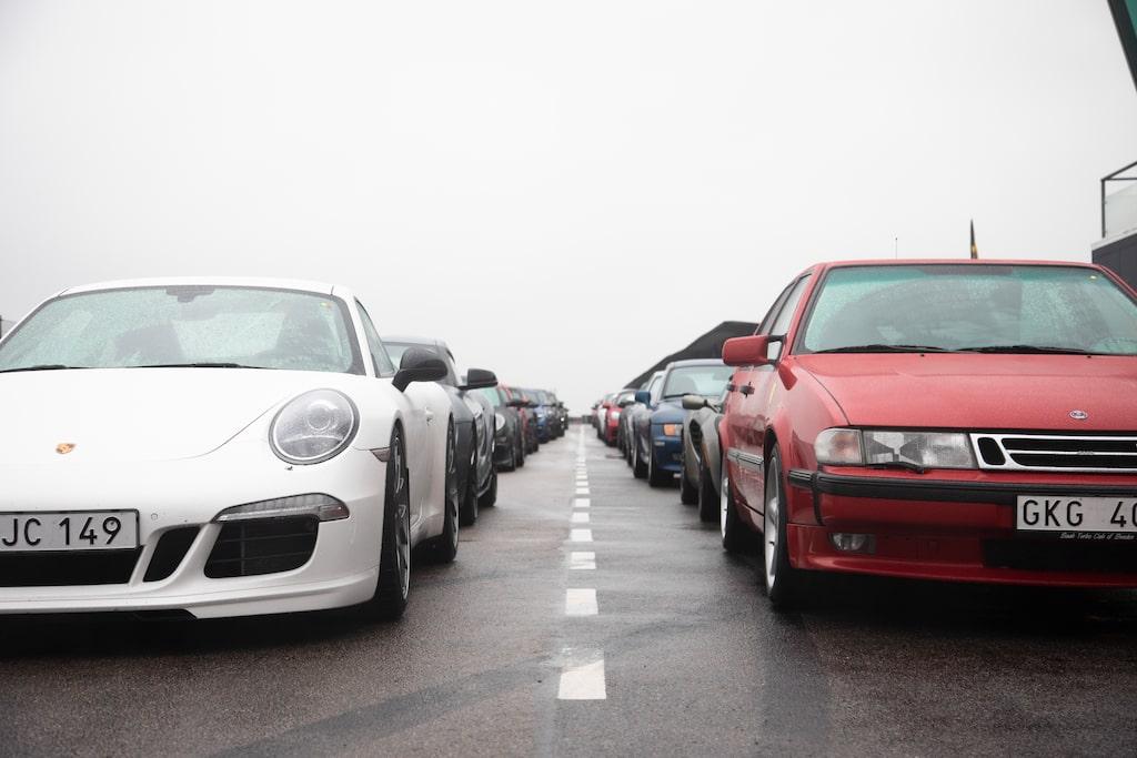Porsche 911 och Saab 9000! På Teknikens Världs trackday finns det plats för bilglädje i alla former.