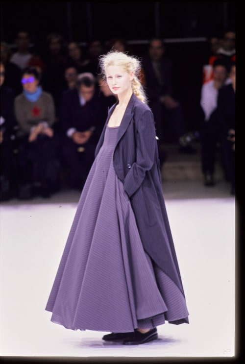 Liisa Winkler på catwalken för Yohji Yamamoto 1999.