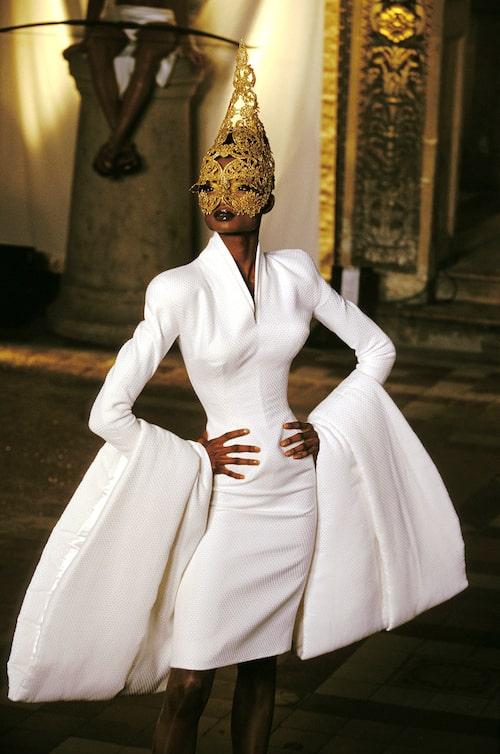 Debra Shaw på Givenchy Haute Couture 1997.