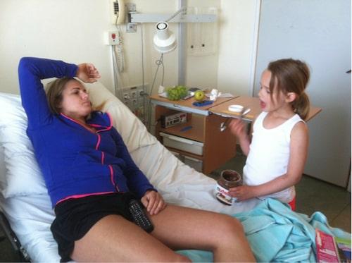 Frida med dottern Nellie på sjukhuset.