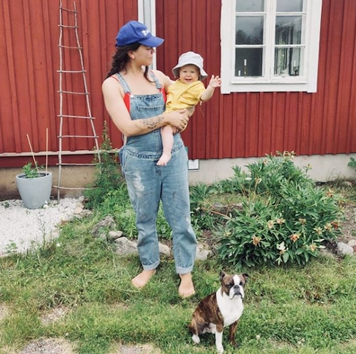 Barnprogramledaren Julia Wiberg med dottern Norma och hunden Svante.