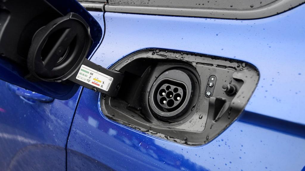 Laddluckan på vänster bakskärm. Tack för att VW ändrat sin gamla lösning med kontakten i grillen. Ingen snabbladdning.