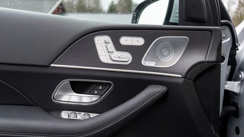 Silver och svart och knapparna för stolen på dörren. Skönt att mycket är som vanligt i en Mercedes.