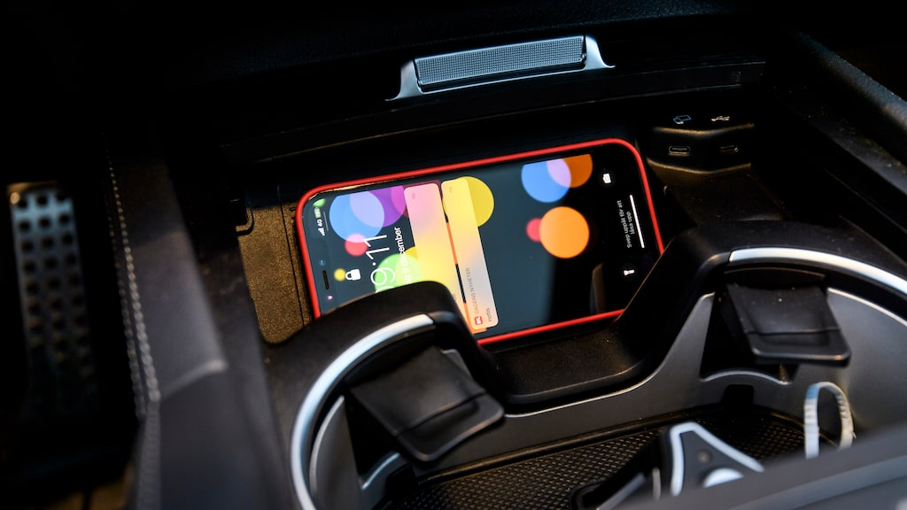 Trådlös laddning av mobilen börjar bli standard i nya bilar – men det saknades i några av konkurrenterna till Mercedes.