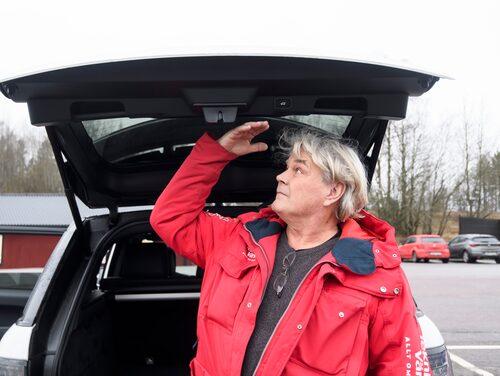 Testförare som är under 190 cm i längd får plats under bagageluckan.