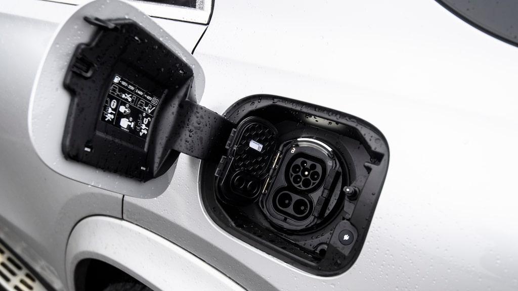 Laddlucka på vänster bakskärm laddar batteriet på hela 31,2 kWh. Kan snabbladdas upp till 60 kW via CCS-kontakten.