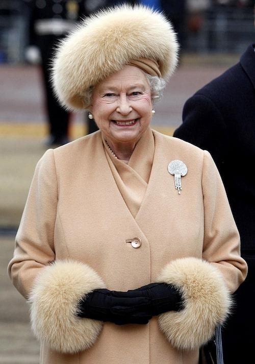 Drottning Elizabeths dagar med äkta päls är ett minne blott.