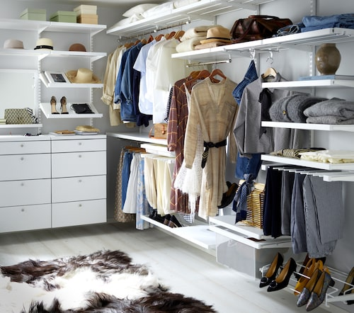 En öppen garderobslösning gör att du enkelt får en bra överblick på vad du har.