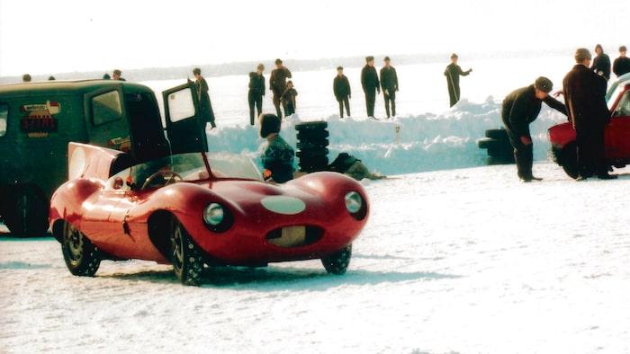 Bilens förste ägare Curt Lincoln bakom ratten och färgbilden är från Oritkari Ice Race i Finland 1963. Lägg märke till dubbutsticket! Idag, 50 år senare njuter vi odämpad körglädje på fantastiska vägar i södra England.