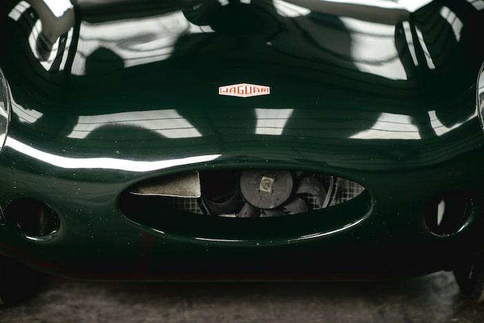 Jaguar D-type skulle passa som hand i handsken på vilket modernt konstmuseum som helst. Fast bäst passar den på vägen – eller racerbanan.
