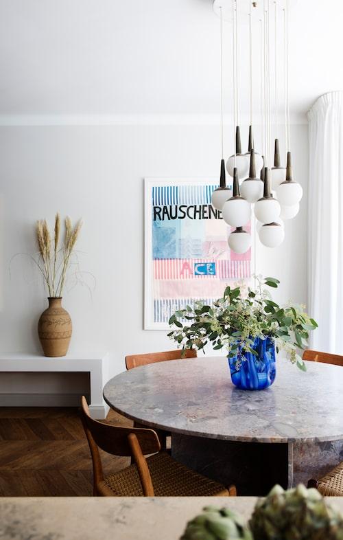 Matbord och taklampa är båda från Dusty deco, Krukan i bakgrunden är vintage Höganäs.