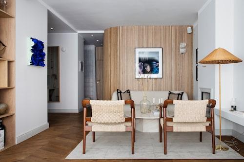 Bakom den svängda väggen ligger stora sovrummet. Dörren längre in går till gästrummet och den vita gardinen döljer Elins garderober.