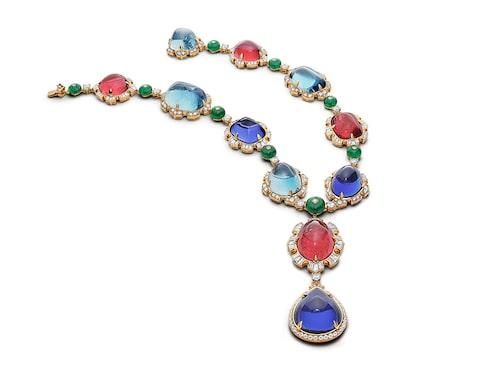 Lady Ruibellite-halsband från Bvlgari i guld med gigantiska tanzaniter, rubelliter, smaragder och akvamariner slipade i olika former och omgärdade av en mängd diamanter. En enastående drottninglik kombination á la barockens stilideal när den är som bäst.
