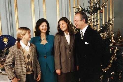 Prinsessan Madeleine, drottning Silvia, kronprinsessan Victoria, kung Carl XVI Gustaf. Julfotografering, Kungliga slottet, Stockholm, 1994