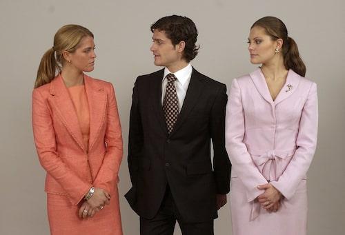 Prinsessan Madeleine, prins Carl Philip och kronprinsessan Victoria i samband med drottningens 60-årsdag 2003.