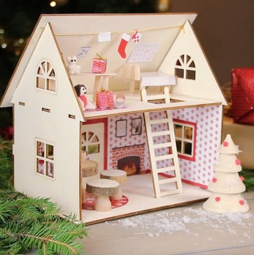 Nissens hus är gjort i trä och allt ni behöver finns i paketet.