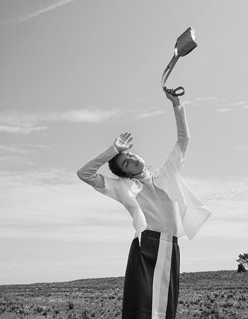 Kortärmad skjorta av ekologisk bomull, 3 400 kr, Bite Studios. Polotröja av ull/polyamid/ kashmir, 2 999 kr, By Malene Birger. Kjol av skinn, 4 500 kr, Stand. Väska av skinn, 15 700 kr, Bottega Veneta.