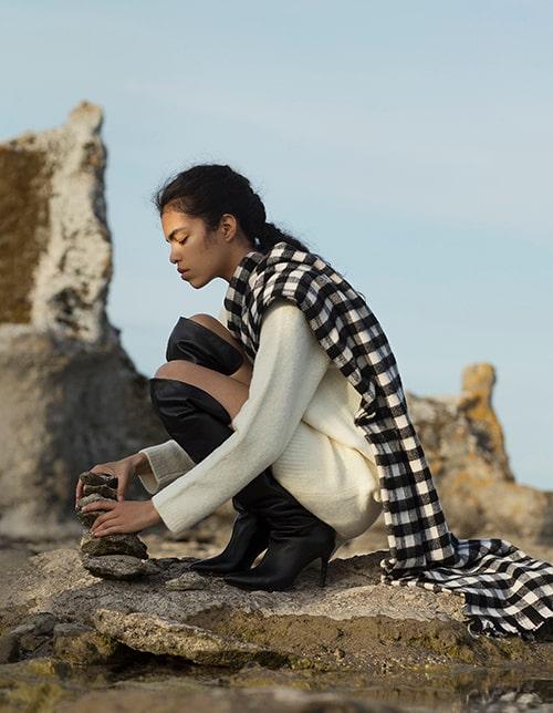 Lång tröja av ull/polyamid, 700 kr, Weekday. Sjal av bomull, 299 kr, Uniqlo. Knähöga skinnstövlar med stilettklack, 3 899 kr, Tommy Hilfiger.