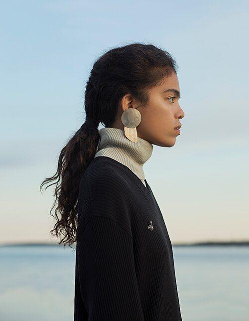 V-ringad tröja av ekologisk bomull, 1 600 kr, L'Homme Rouge. Polotröja av bomull/elastan, 590 kr, Cos. Örhänge av silver/snäcka, 1 300 kr, Mia Larsson.