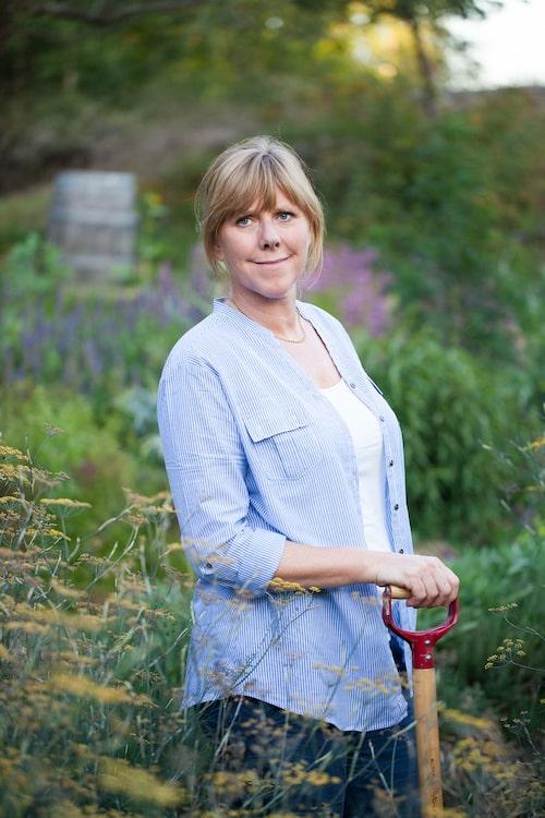 Bella Linde är journalist och författare inriktad på trädgård, odling och hållbar livsstil.