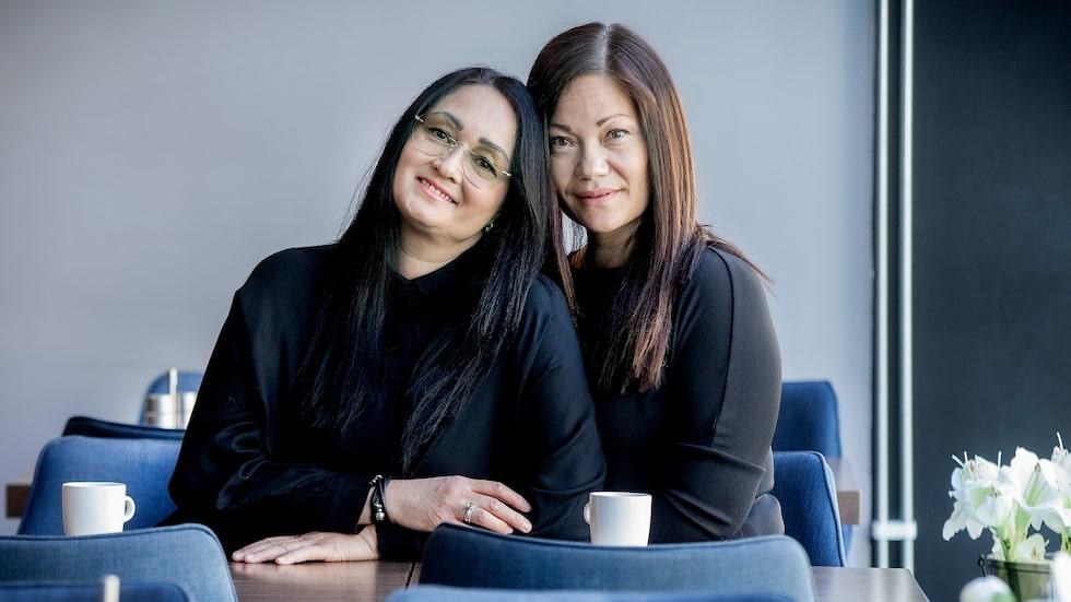 Lotta (t v) och Pernilla var båda vuxna när de upptäckte att de var syskon.