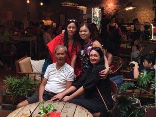 Ronnie Foo med sina två döttrar samt kusinen Shirley Joh, 2017, Malaysia.