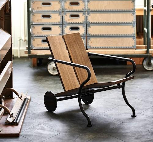 Oona tillverkas i furu, ek natur, rökt ek eller lärk, med förzinkat pulverlackerat stål i vitt eller blåsvart. Beroende på utförande, 12500kr, från Atelier Sandemar, ateliersandemar.se.
